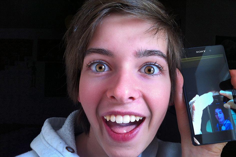 Junge Handy lachen / Foto: TELOS - IMG_B4186c
