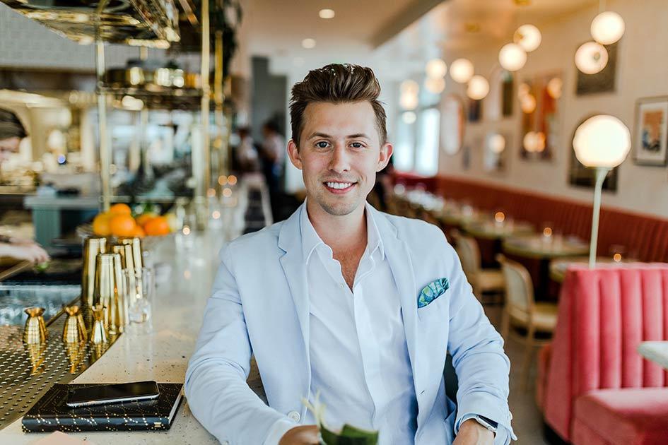 Bar Mann jung lachen Blick Handy Auftragsbuch Kundenkontakt / Repro: TELOS - 2819