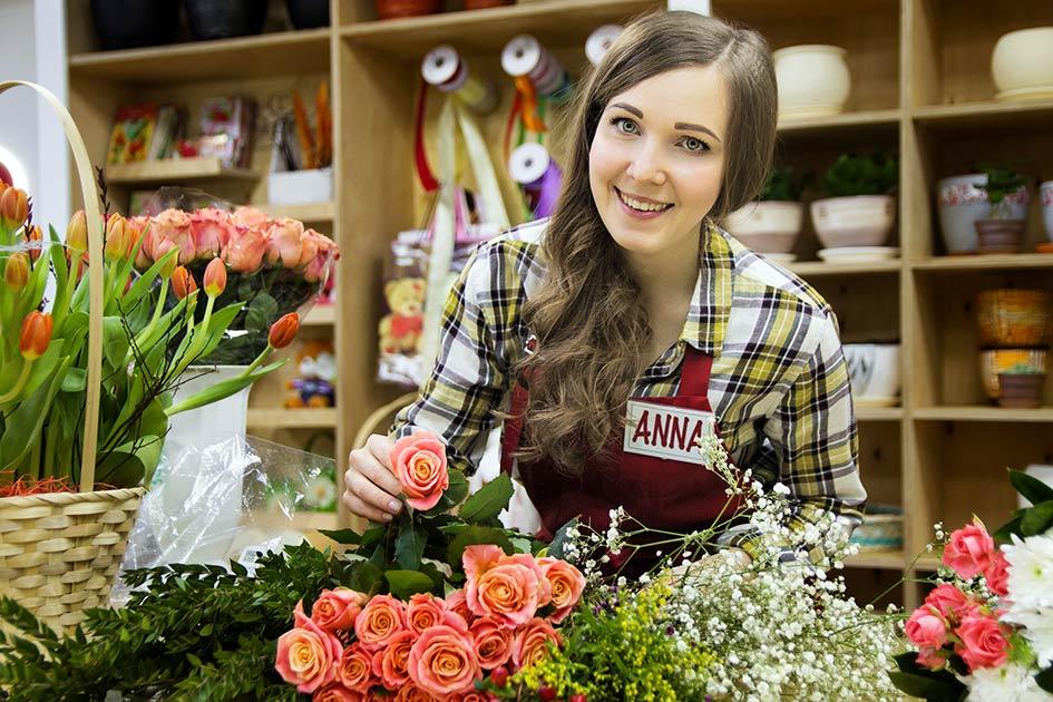 Blumengeschäft Frau verkaufen Rosen Tulpen / Bearbeitung: TELOS - 2828