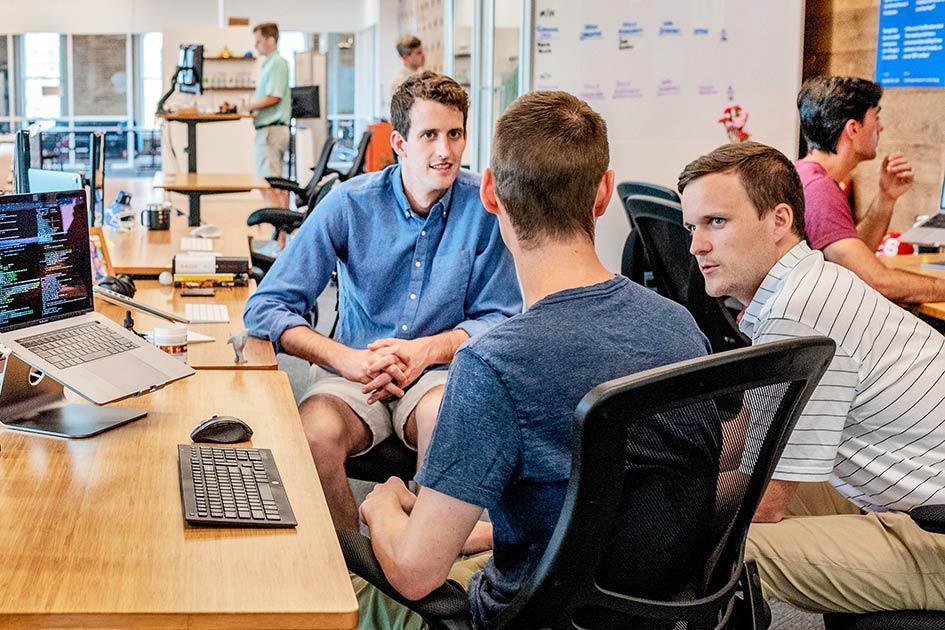Büro Mitarbeiter Männer jung kurze Hosen Gespräch Computer / Bildbearbeitung: TELOS - 2817nn