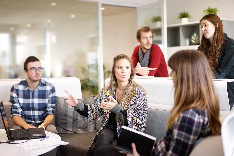Büro Frauen Männer Team Sitzung Frau Chefin erklärt Männer hören zu Laptop / Kollage: TELOS - 2822