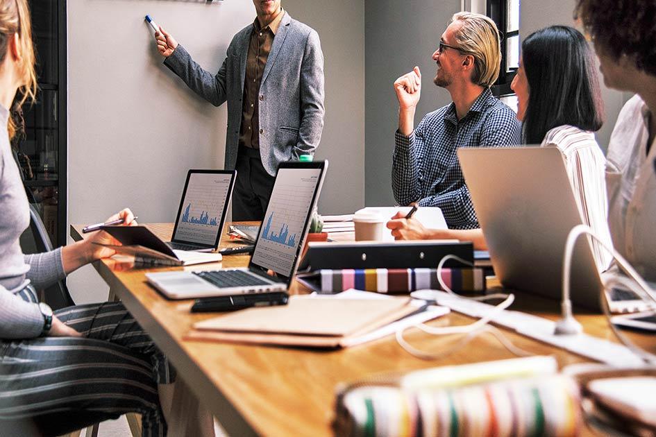 Buero Mann zeigen Mitarbeiter Frauen Sitzung Computer Laptop / Bildbearbeitung: TELOS - 2844