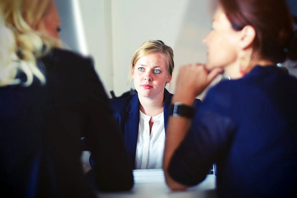 Büro Mitarbeiter Frauen Gespräch unsicher Mitarbeiter finden/ Repro: TELOS - 70292a