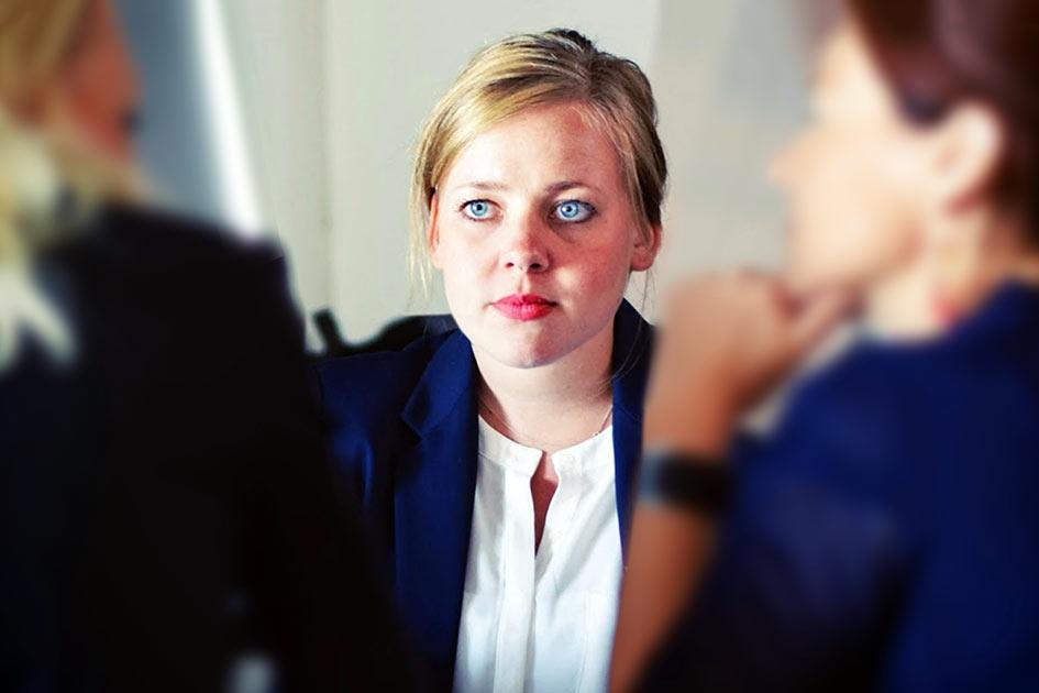Büro Mitarbeiter Frauen Gespräch Mitarbeiter finden / Bearbeitung: TELOS - 70292bn