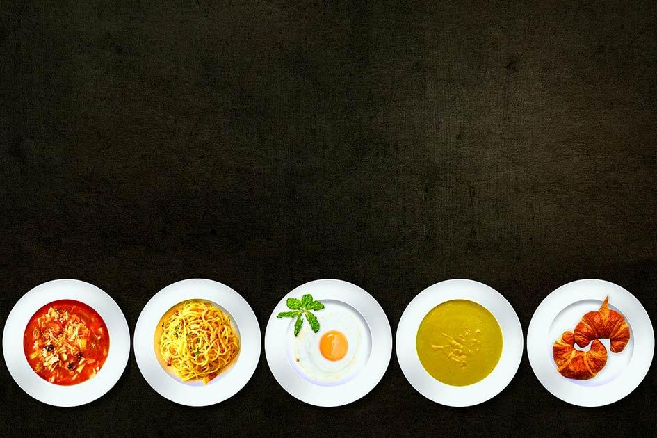 Essen Teller bunt Tisch / Bildbearbeitung: TELOS - 2840
