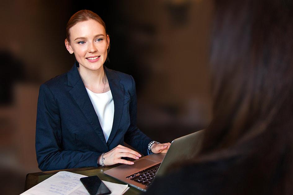 Frau elegant sprechen Tisch Computer / Bearbeitung: TELOS - 2827