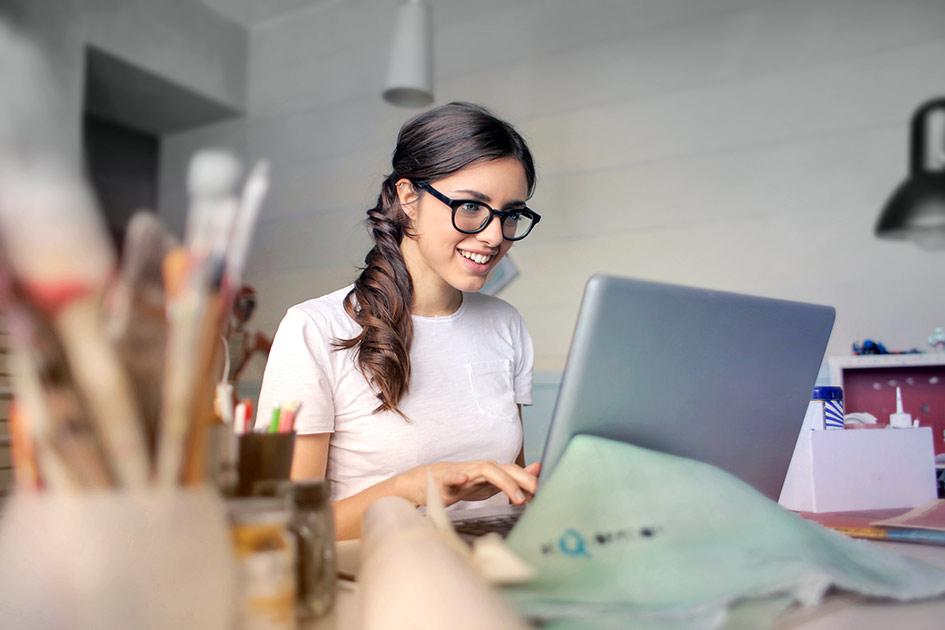 Schreiben Texten Frau Brille Computer Laptop lächeln / Bildbearbeitung: TELOS - 2830