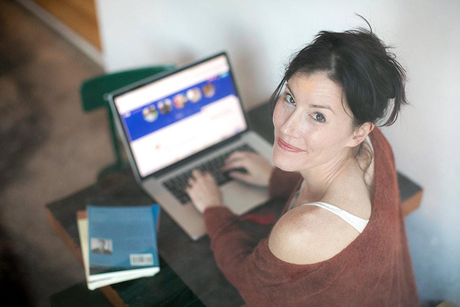 Schreiben Texten Frau Lächeln Blick Computer Laptop / Bildbearbeitung: TELOS - 2832