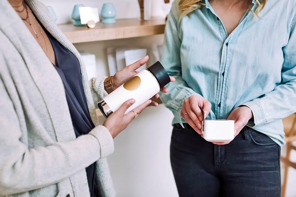 Verkauf Frauen Bezahlsystem Kreditkarte / Kollage: TELOS - 2821
