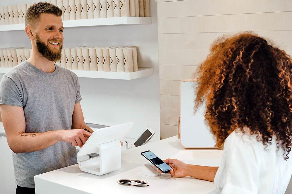 Verkauf Mann Bart lachen Frau Locken Handy Bezahlsystem Kreditkarte / Kollage: TELOS - 2818