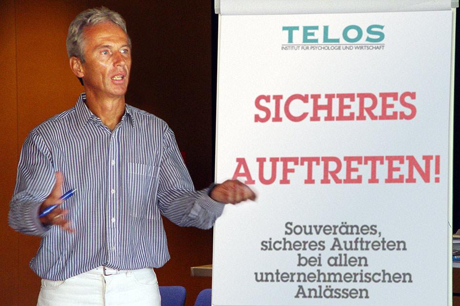 Flip Körpersprache Kopfhaltung sicheres Auftreten Unternehmer / Foto: TELOS - 03037cn
