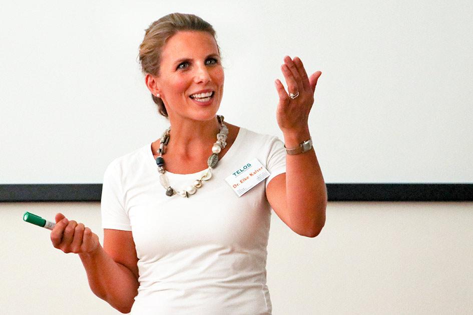 Referenten Dr. Elke Kalser bei einem Vortrag / Foto: TELOS - IV3531n