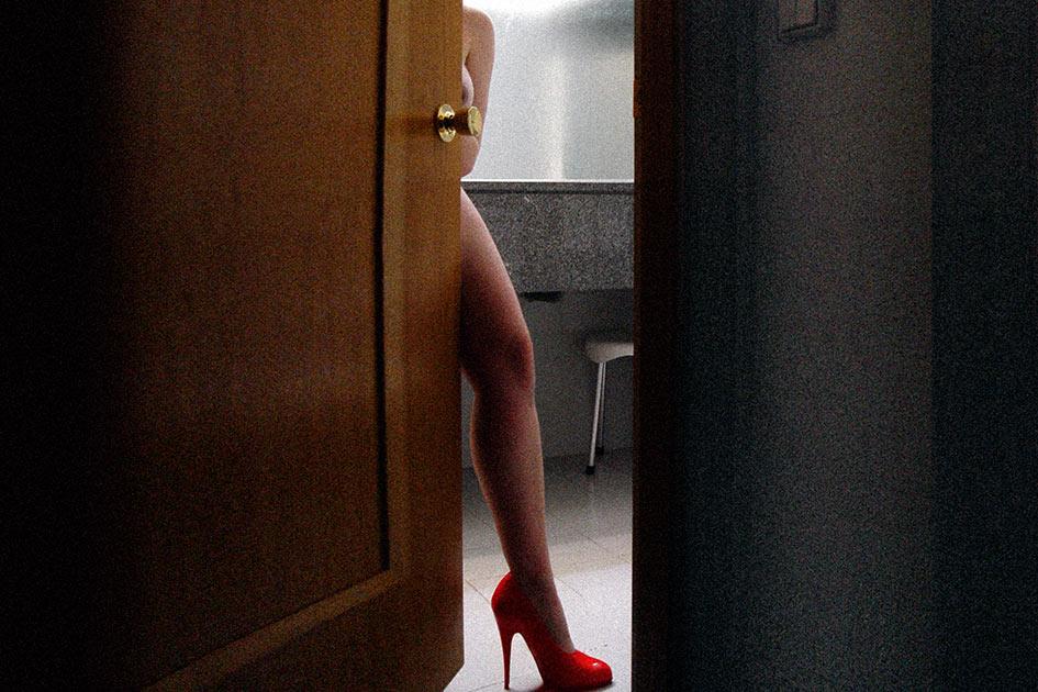 Hotel Frau sexy nackt Tür Bad High Heels rot / Foto: TELOS - 13054br