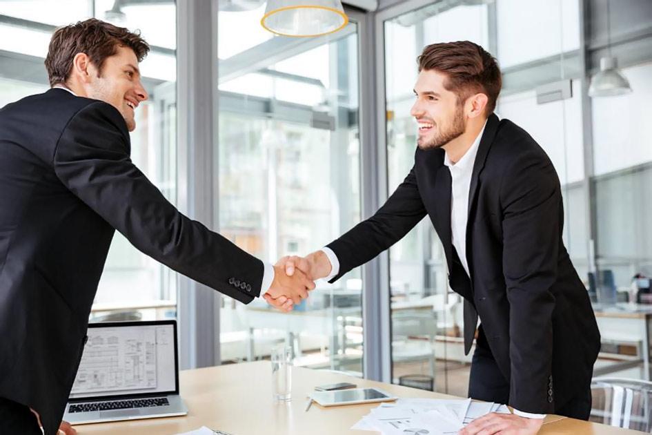 Verhandlung Händedruck Abschluss Erfolg Verkauf Büro Männer jung lächeln / Fotobearbeitung: TELOS - webfrei 2862