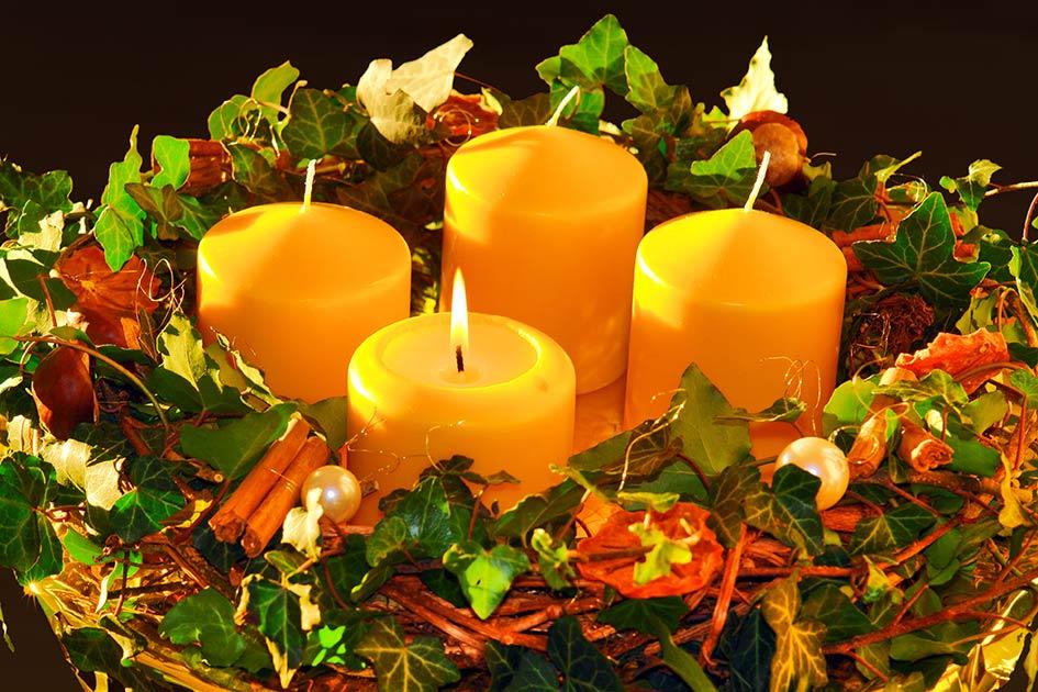 Adventskranz Efeu Gewürze 1 Kerze gelb brennt / Foto: TELOS - C08444b