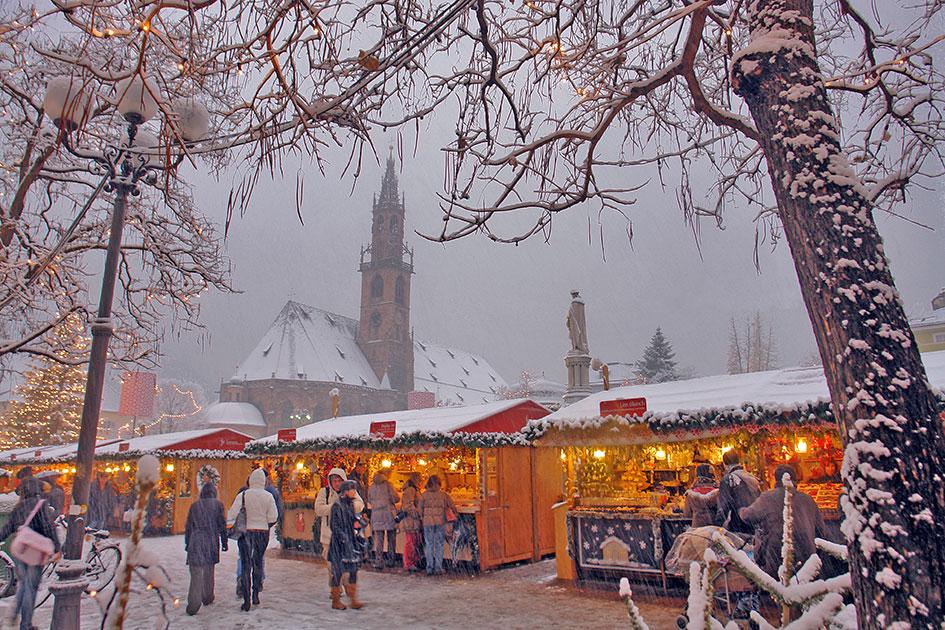 Weihnachten Schnee Bozen Weihnachtsmarkt Waltherplatz Dom / Foto: TELOS - C0948e