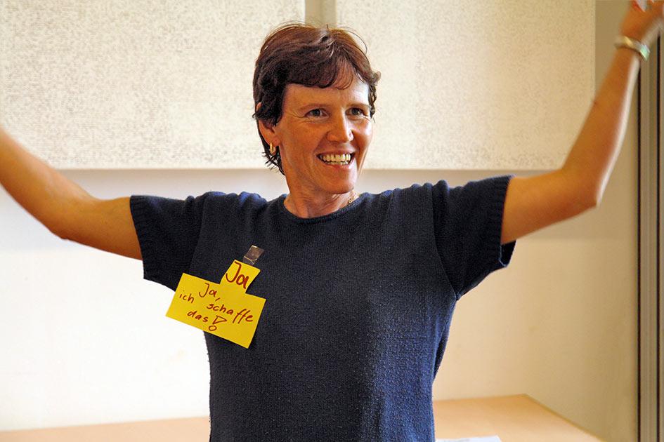 Kraftübung Frau Stärke Selbstsicherheit Selbstvertrauen Arme oben ja ich schaffe das / Foto: TELOS - B6821dT