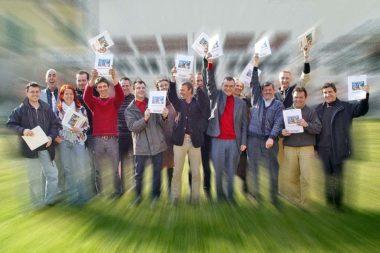 Abschluss Gruppe lachen Diplome hoch halten / Foto: TELOS - 01079vhn