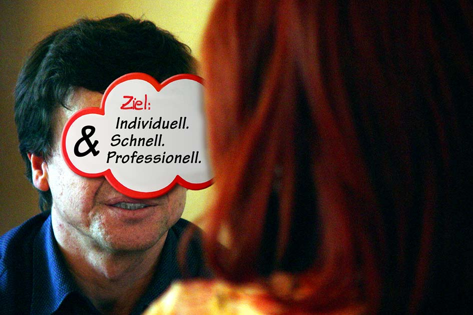 Besprechung Sitzung Paar Mann Frau Schild Ziel schnell professionell / Foto: TELOS - 05475sp