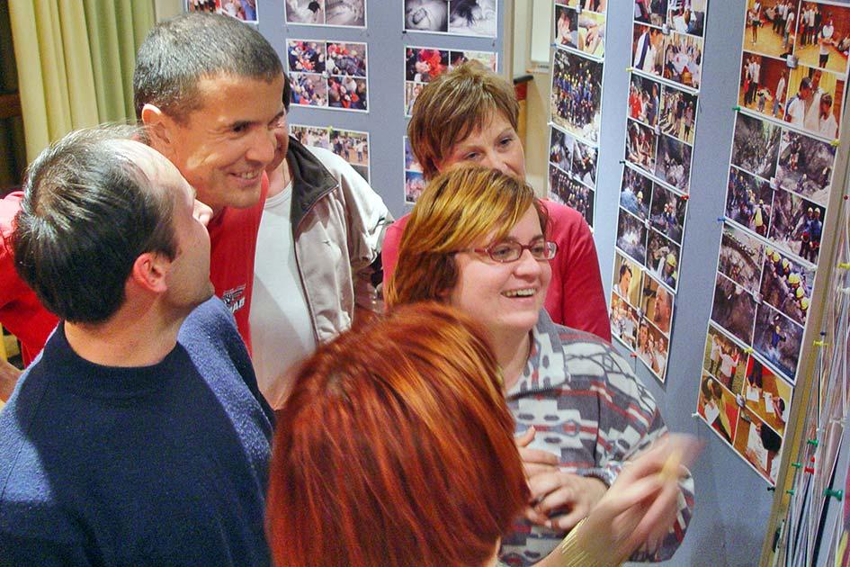 Jahresgruppe Veränderung Abschluss Fotogalerie schauen lachen / Foto: TELOS - 11575bg