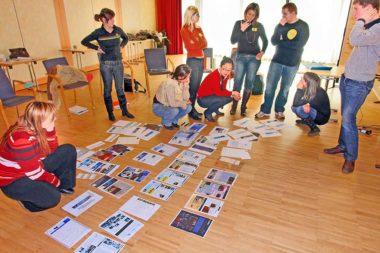 Gruppenarbeit Werbung Beispiele am Boden / Foto: TELOS - B8387c