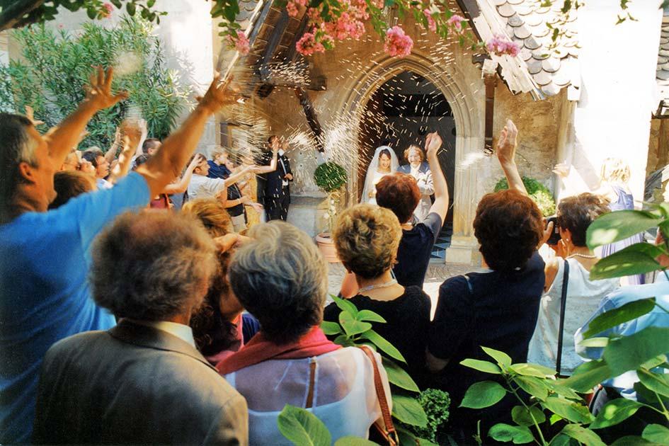 Hochzeit Liebe Ehe Trauung Paar Kirche Ausgang Reis werfen / Foto: TELOS - 3010