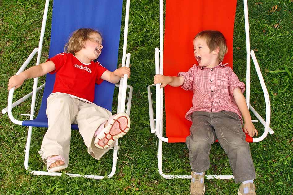 Kinder Liegestuhl lachen / Foto: TELOS - 08926b