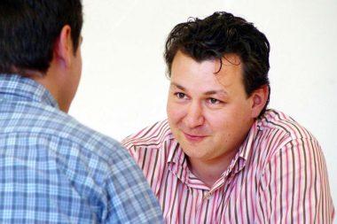 Männer Gespräch schmunzeln / Foto: TELOS - 07454ng