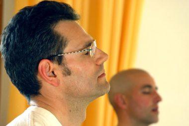 Meditation Augen zu Männer / Foto: TELOS - 01529