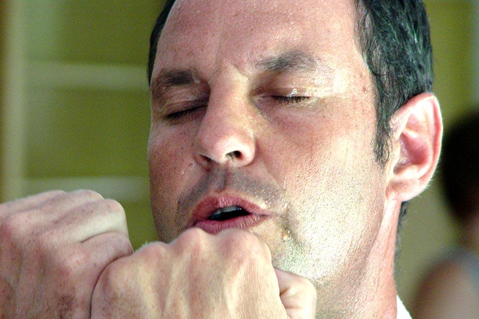 Meditation Bewegung Mann Augen zu Schweiß Bewegungsmeditation / Foto: TELOS - 08208bg