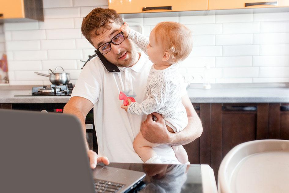 Home Office Küche Mann Kind greift zur Brille Computer Laptop / Foto: ST1684593163b
