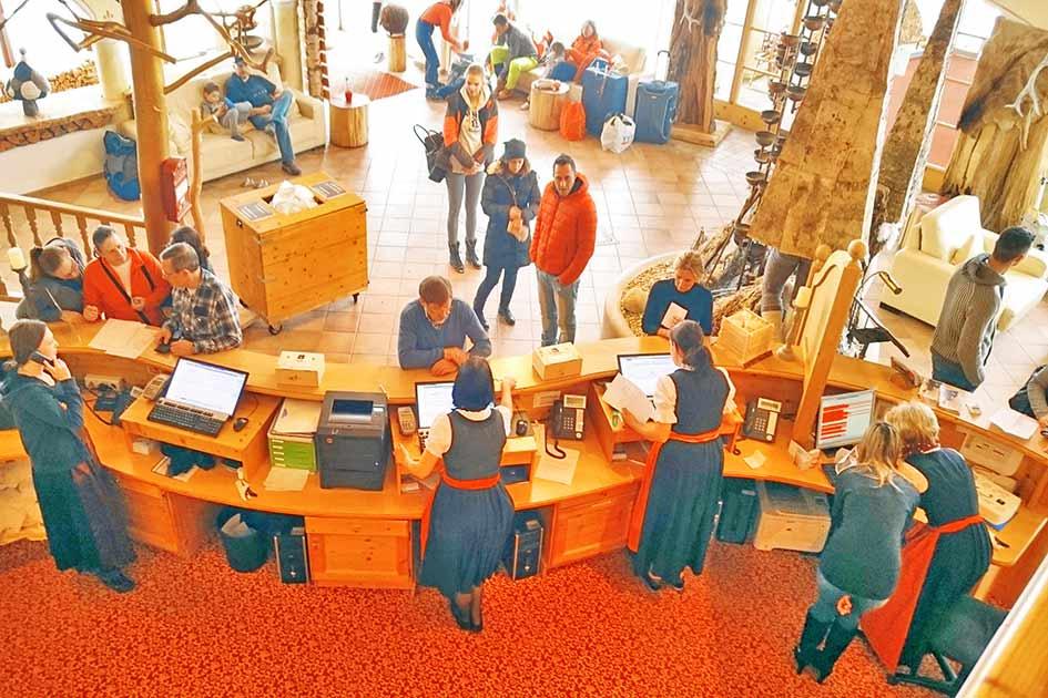 Hotel Rezeption Eingangshalle Hochbetrieb Trubel viele Gäste / Foto: TELOS - XP4103b